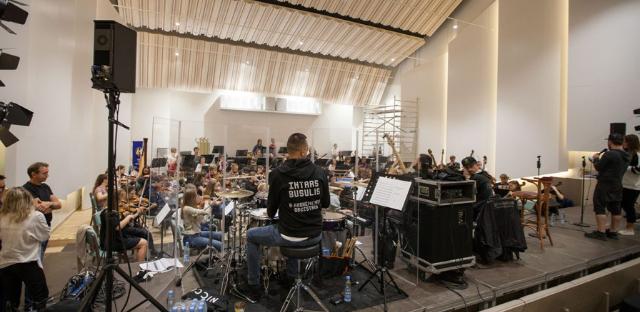 Jūrmalas Mūzikas vidusskolā notiek Latvijas Simtgades jauniešu orķestra noslēdzošie kopmēģinājumi Jūrmalas festivāla koncertiem.